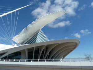 Outside view of the white buiding complex of the Milwaukee Art Museum, designed by Calatrava.