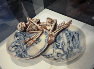 Porcelain platters decorated with a skull and skeletton